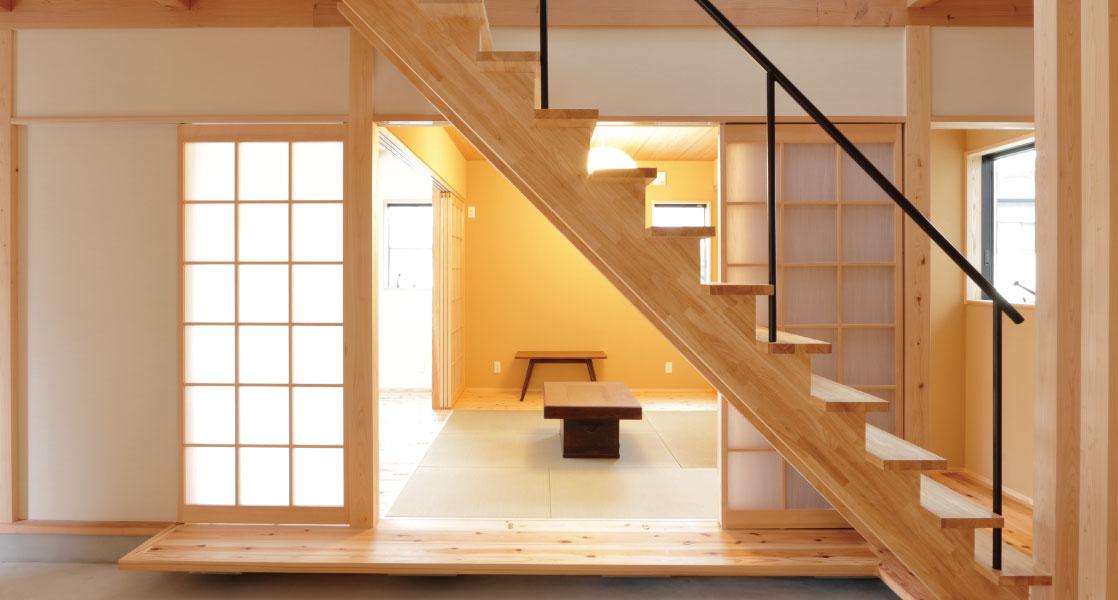 畳の空間とオープン階段