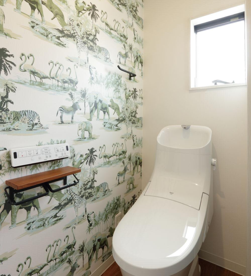 おしゃれなアクセントクロスのトイレ