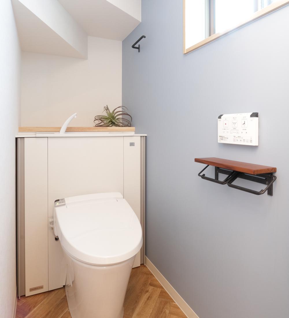 淡い色のアクセントクロスのトイレ