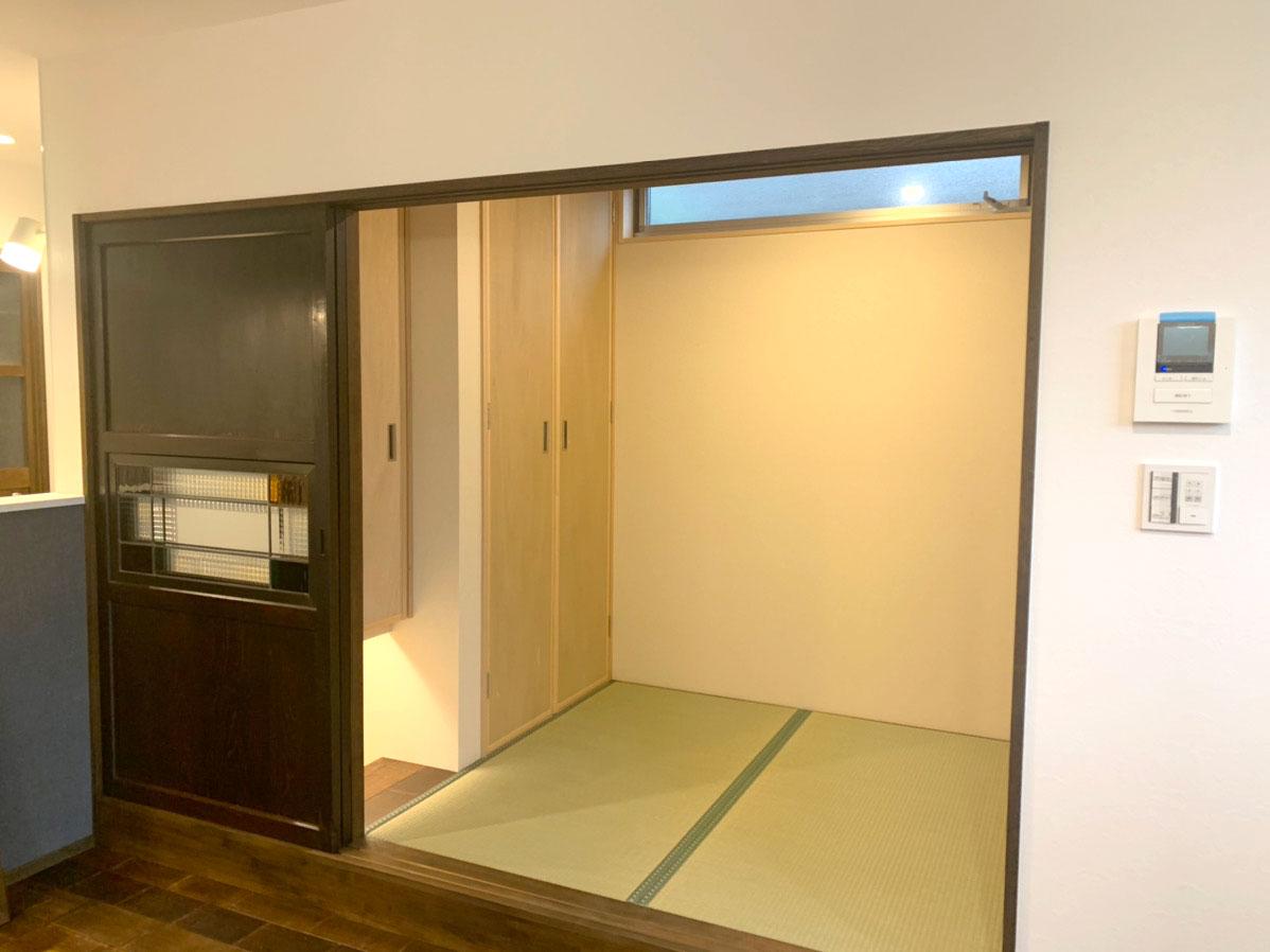 古建具をリメイクした扉を設けた和室