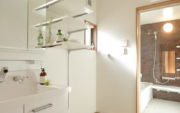 白を基調とした清潔感のある洗面所