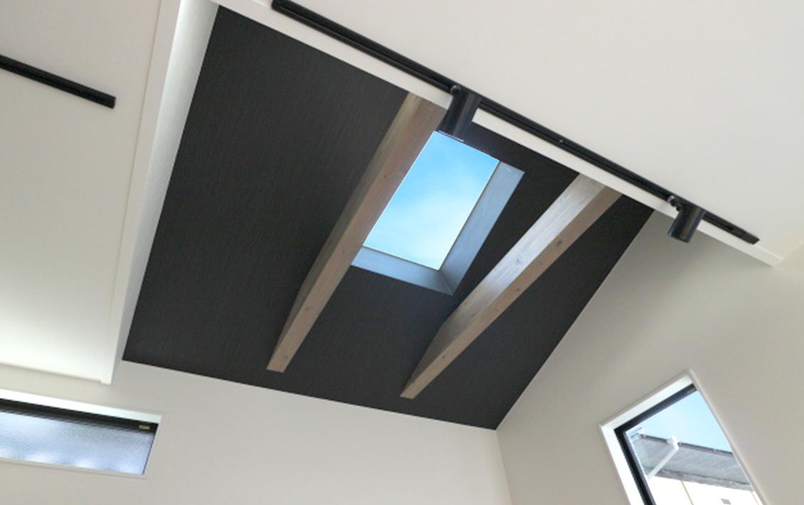 リビングの天窓から見える空